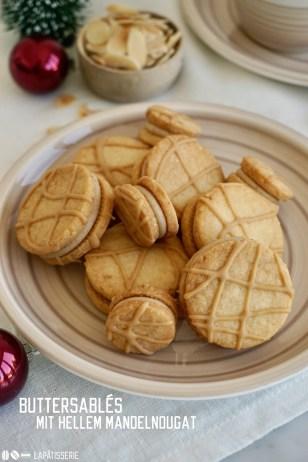 Es geht wieder los mit der Weihnachtsbäckerei. Die ersten Plätzchen in diesem Jahr sind Buttersablés mit selbstgemachtem hellem Mandelnougat.