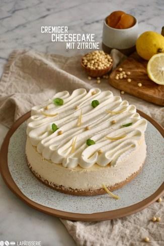 Cremiger Cheesecake mit Boden aus Butterkeks, cremiger Käsemasse, luftiger Creme fraîche und ganz viel Zitrone