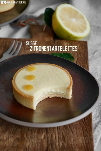 Einfache Zitronentartelettes, die ganz schnell zubereitet sind und super lecker sind. Gefüllt mit einer sauren Zitronencreme.