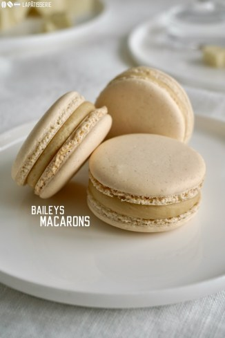 Zarte französische Macarons mit einer Füllung aus Baileys und weißer Schokolade