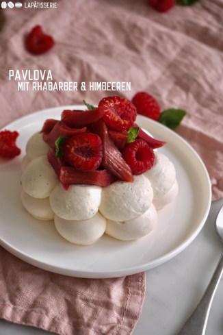 Süßer gebackener Baiser mit luftig aufgeschlagener Vanillesahne, frischen Himbeeren und ofengegartem Rhabarber. Ein leichtes Dessert für sonnige Tage!