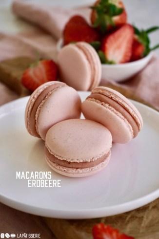Fruchtige Macarons gefüllt mit cremiger Erdbeerganache und Erdbeergel - perfekt für den Sommer!