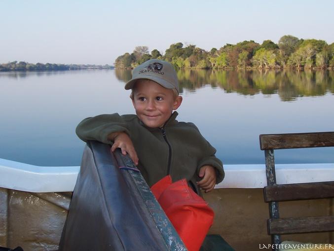 bateau sur le lufupa rivière en zambie