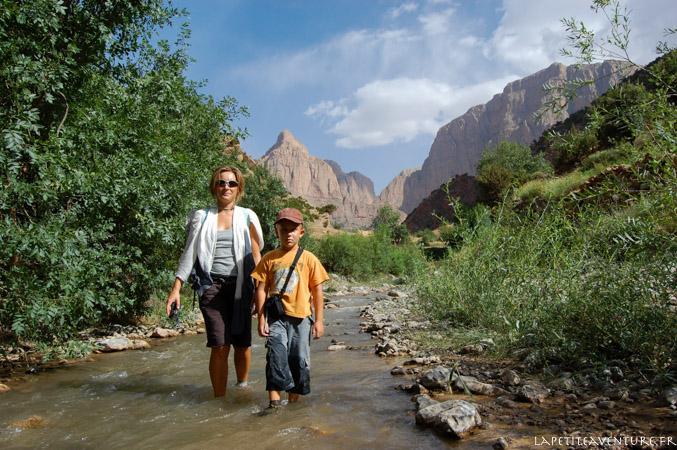 Marche dans la rivière au Maroc