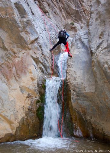Rappel dans un canyon au Maroc