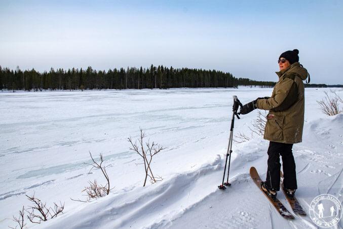 Rivière gelée en ski altai