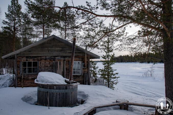 Stuga le long du fleuve en Suède