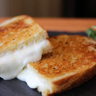 Grilled cheese au bagna cauda