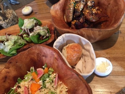 Salade au pimento, rouleaux aux oreilles de porc Kentuckyaki et ses marinades et ailes de poulet glacées. Slurp.