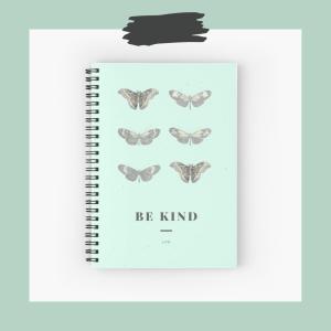 cahier à spirale vert menthe be kind avec des papillons