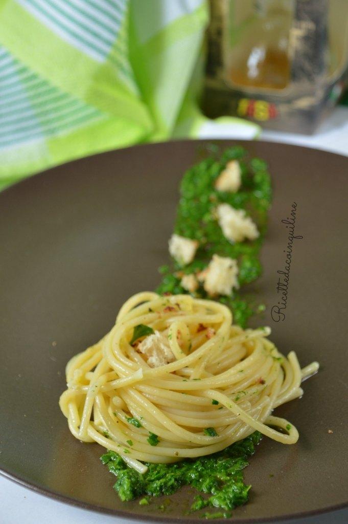 Spaghetti con colatura di alici su letto di rucola