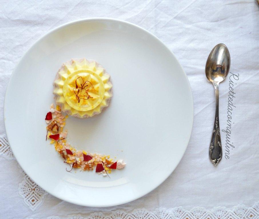 Mousse di zafferano e panna cotta alle rose con croccante alle mandorle