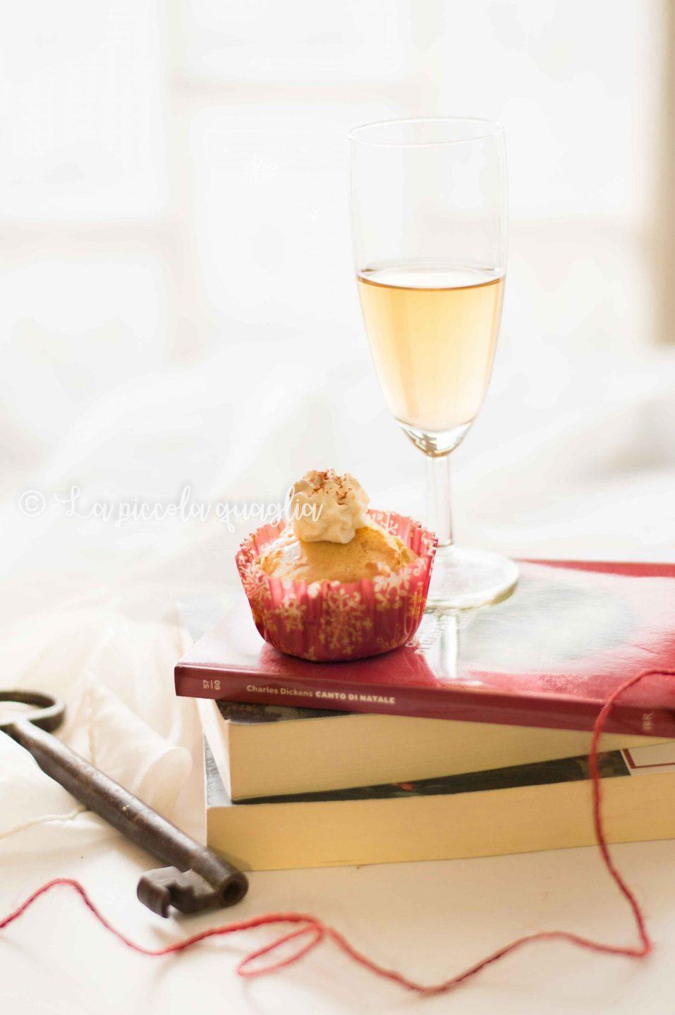 muffin al salmone con crema robiola. bicchiere di spumante e libri