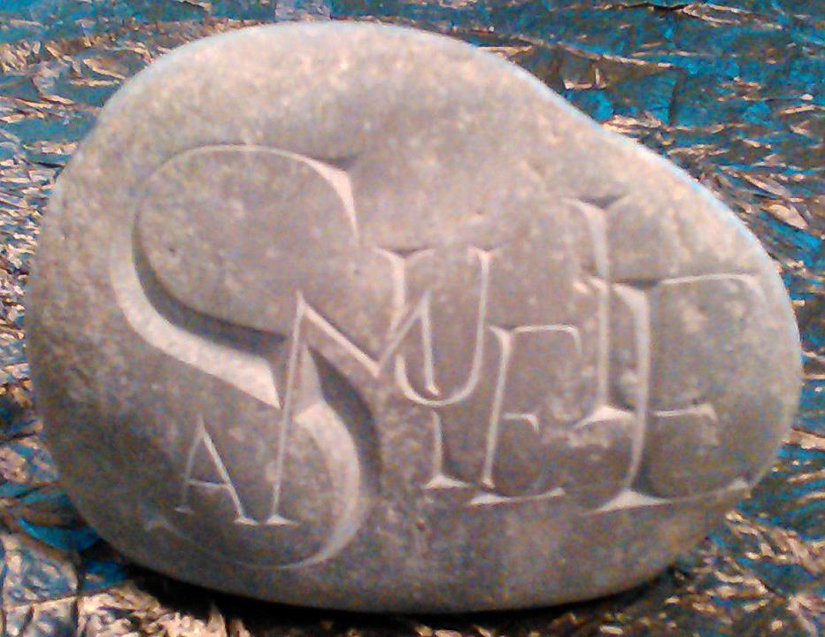 Prénom Samuele gravé sur un galet en lettres romaines entremêlées