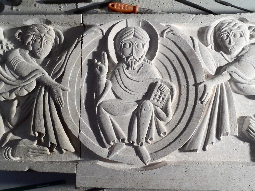 Bas-relief en 2 parties (saint maximin et brouzet rose) représentant l'Ascension du Christ. 2 anges tiennent la mandorle dans laquelle il est assis et fait un signe de bénédiction.