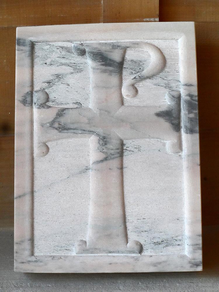 Croix en marbre rose veiné, bas-relief