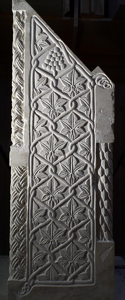 Feuilles de vignes, vrilles et entrelacs traités en bas-relief sur un bloc d'estaillade destiné à devenir un pupître à icônes.