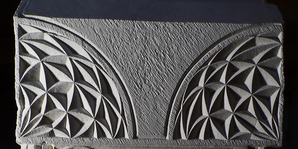 Quarts de cercles formés de motifs géométriques gravés
