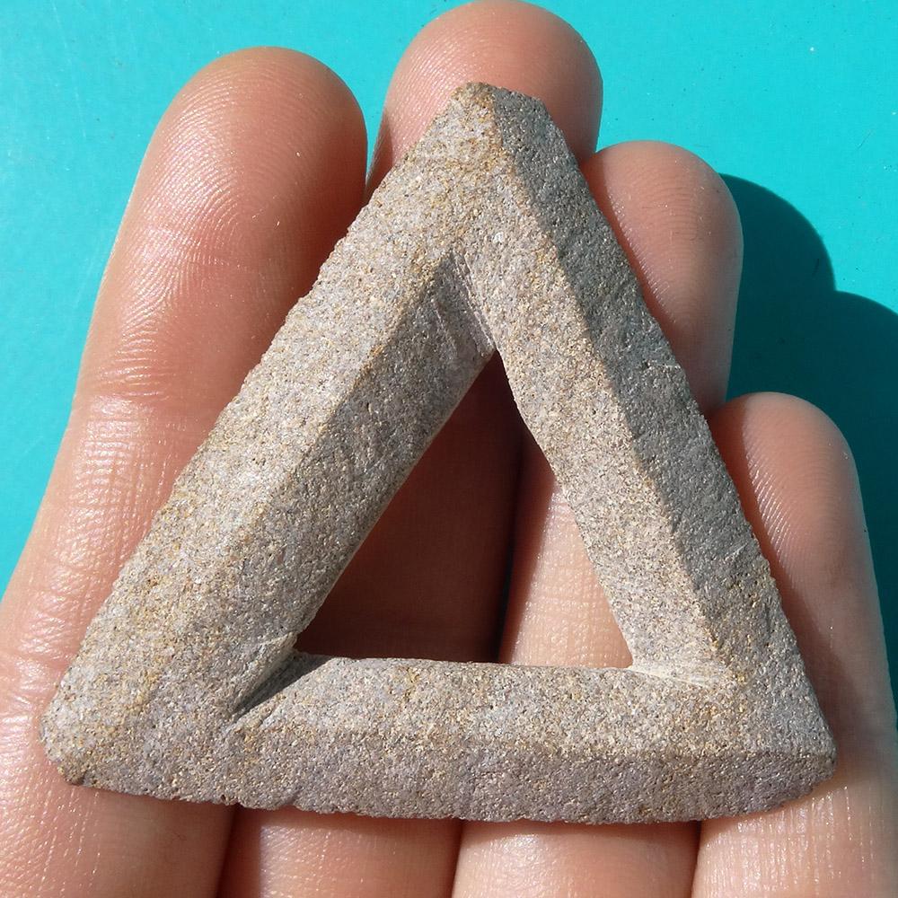 Triangle de Penrose sculpté (grès rouge, 2020)