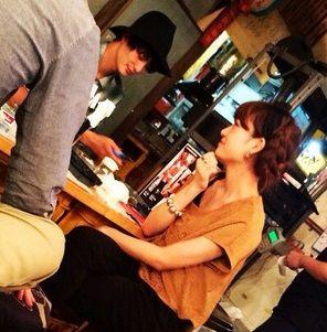 居酒屋で撮られる岡田将生