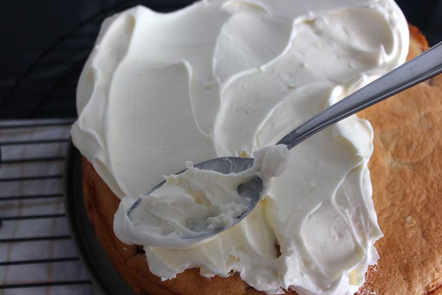 Rellenar con la cobertura el pastel de fresas