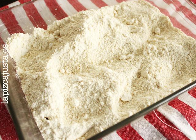 tostar harina para hacer el polvorón de almendra
