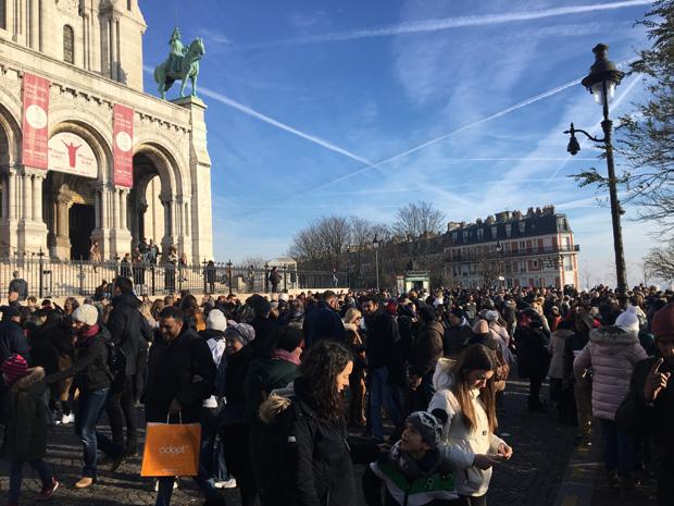 Cola de gente para entrar en la Basílica