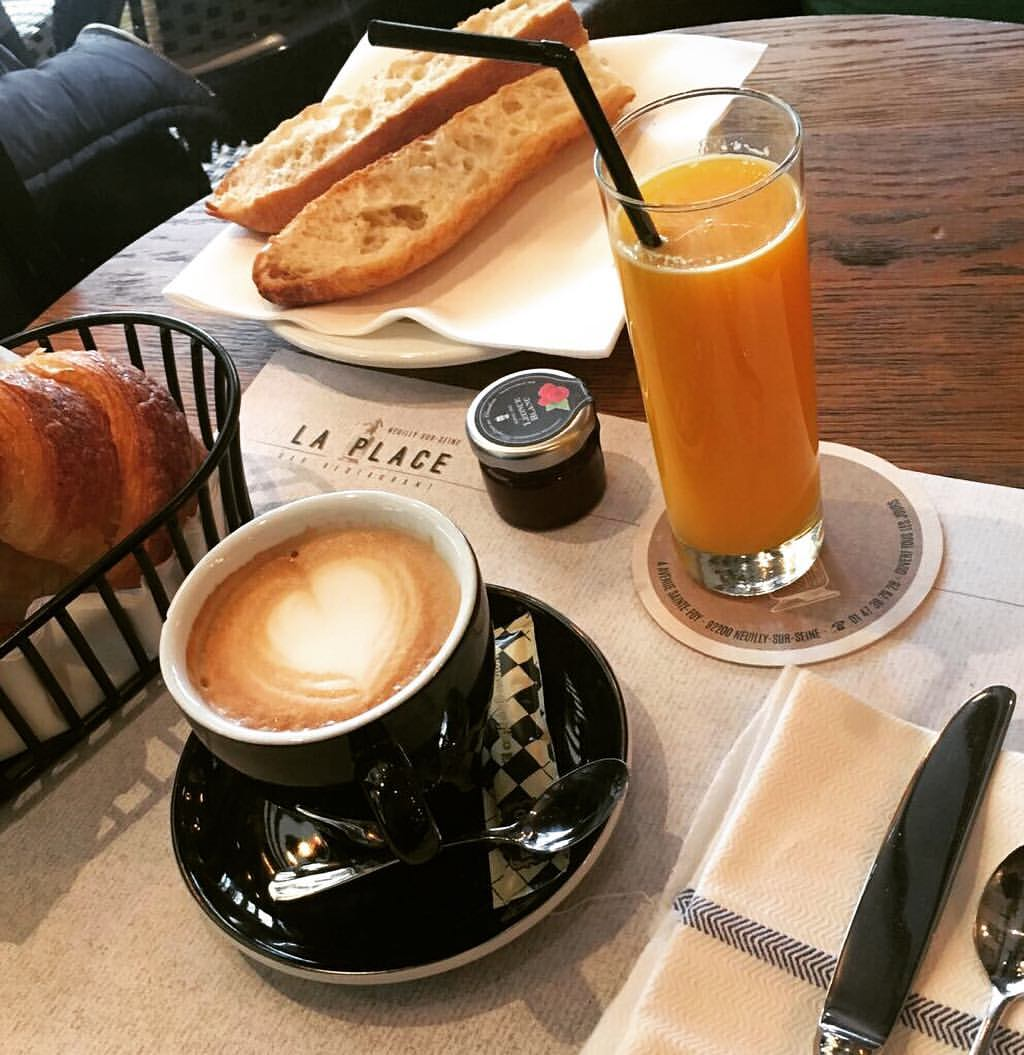 Petit-déjeuner, jus d'orange, tartines, croissant, La Place, Neuilly
