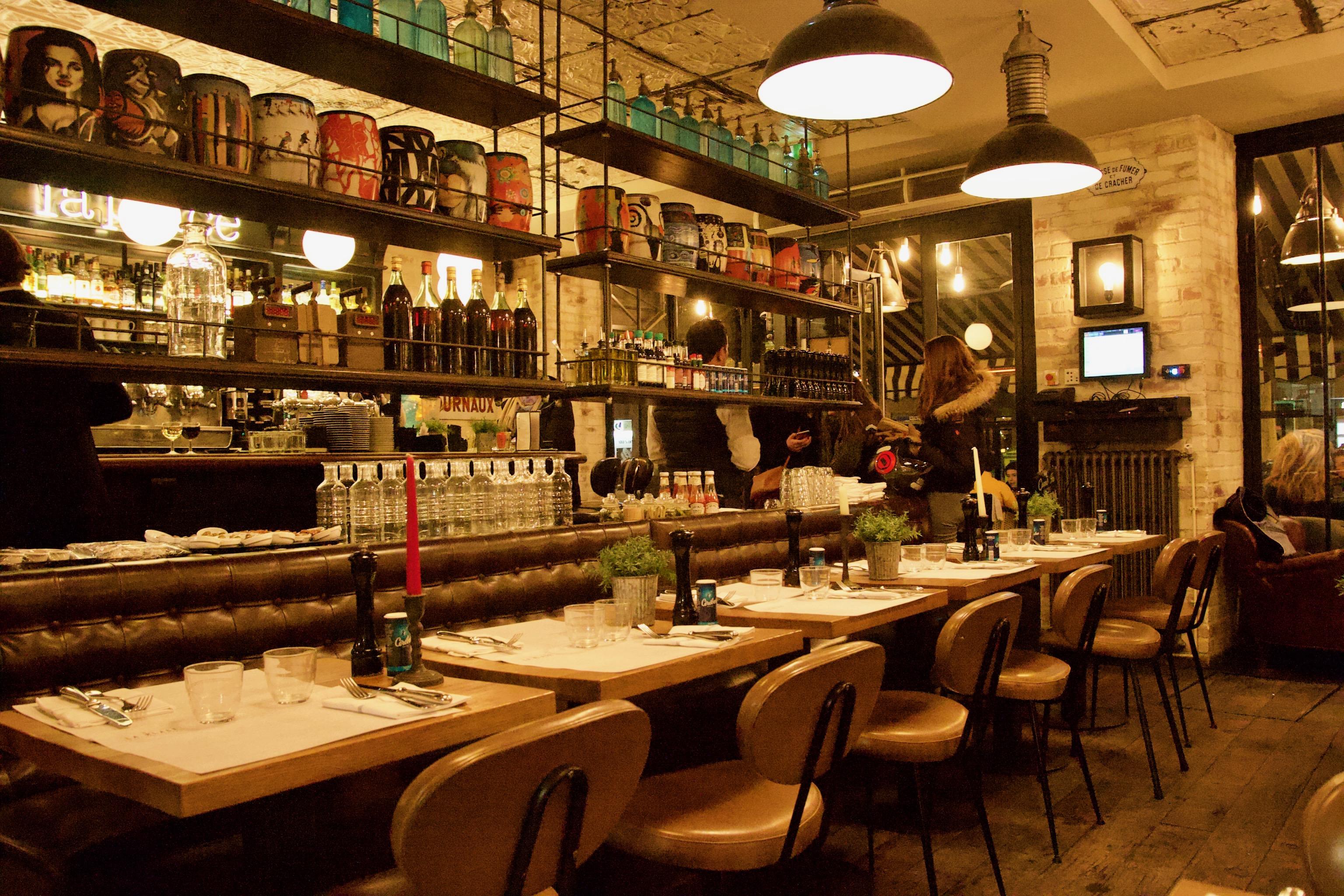 Tables dressées, chaises, vases, siphons, salle de restaurant, La Place, Neuilly