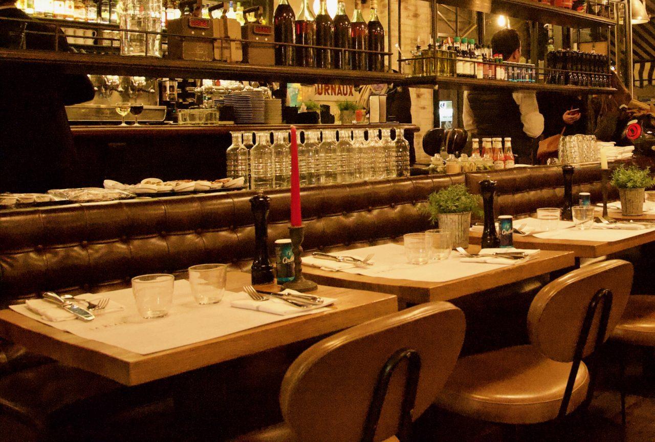 Tables dressées, chaises, restaurant la place Neuilly