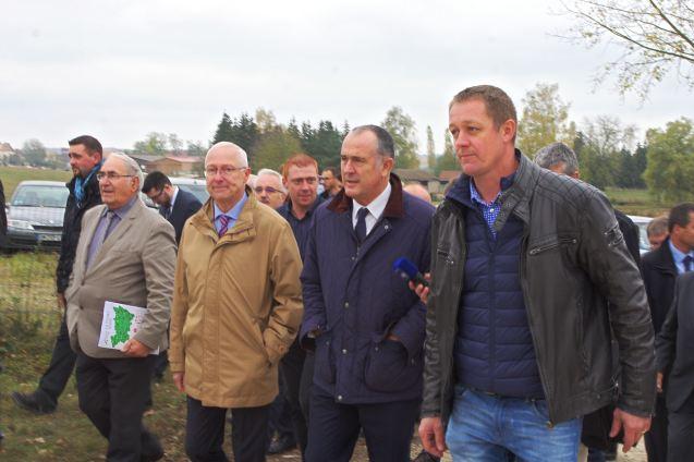 Le ministre de l'agriculture, Didier Guillaume, visite l'exploitation de Thierry Mourot (à droite).