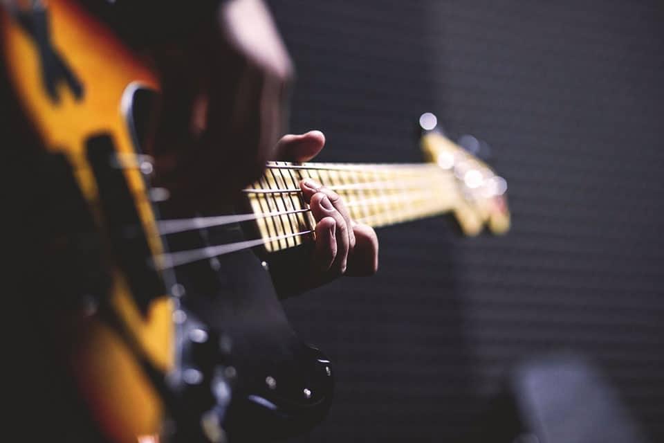Comment apprendre la guitare électrique seul ?