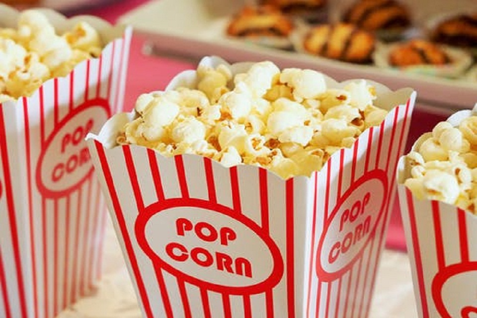 De bonnes alternatives au popcorn, devant un bon film