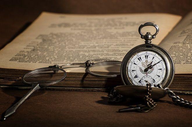 reloj de bolsillo lectura libro lentes