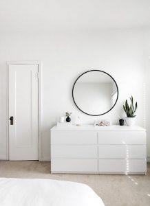 Une chambre blanche toute en douceur à l'esprit minimaliste