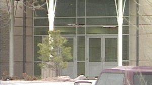 Entrada de la Escuela Preparatoria Columbine se mantuvo cerrada. (Foto cortesía de Fox31)