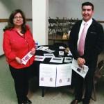 Dentro de los recursos que la comunidad se benefició, fue en la educación, con la presencia de la escuela Contemporary Learning Academy 6-12. En la foto aparecen la subdirectora, Lydia Guzmán y el profesor Saúl Falcón.