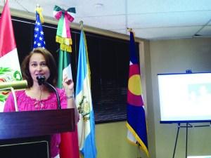 Diana Pineda, de CREA Results, brindando el taller del cáncer de seno.