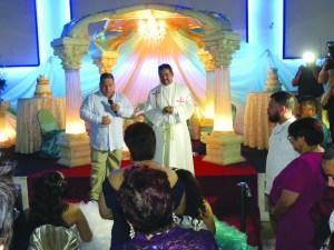 Joel R. Flores y el Pastor Armando Rangel, alimentando el espíritu de las chiquillas, en sus 15 y 16 años de vida. (Fotos de Mary A. Flores).