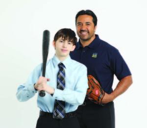 Juan posando con una de las leyendas del béisbol mexicano, Vinny Castilla.  (Foto cortesía de Donor Alliance).