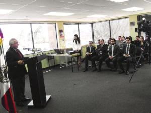 En los momentos de la conferencia de prensa, el Cónsul General, Carlos J. Bello, da mayores pormenores sobre este importante trámite. (Fotos de Germán González)