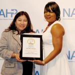 Mary Flores recibiendo el premio entregado por Tamara Weston en la Convención Nacional de la NAHP.