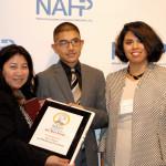 Mary y Emilio Flores recibiendo el premio entregado por Jossie Flor Sapunar de Comunicad.