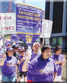 Los trabajadores que por la madrugada se encargan de limpiar oficinas piden sueldos justos por su trabajo.
