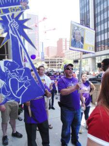 """Liderados por el Sindicato Local 105 SEIU, los llamados """"trabajadores invisibles"""" piden mejores salarios; en concreto, 15 dólares la hora."""