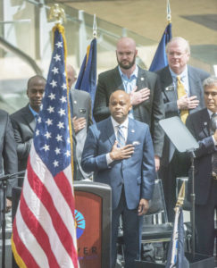 """Michael B. Hancock, Alcalde de Denver, durante su discurso sobre """"El estado de la Ciudad 2016"""", celebrado en el Aeropuerto Internacional de Denver. (Foto Cortesía de la Oficina del Alcalde/Evan Semón)"""