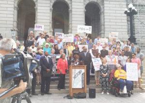Presentan la Enmienda T, en el exterior del Capitolio, contando con el apoyo de legisladores locales, líderes de fe y la comunidad misma. (Foto cortesía a La Prensa de Colorado).