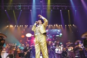 Juan Gabriel durante su presentación en concierto en el Pepsi Center en el 2014.  (Foto archivo La Prensa de Colorado)