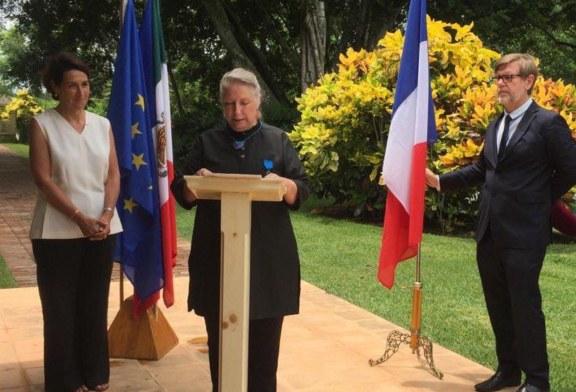 Remise des Insignes de Chevalier dans l'Ordre National du Mérite à Mme Lygie de Schuyter ! (Vidéo)