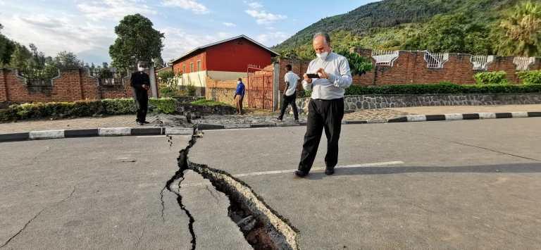 Grietas provocada por los recientes terremotos y erupciones del volcán